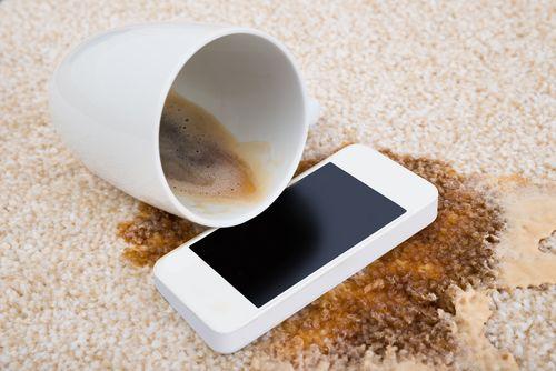 Móvil mojado en café